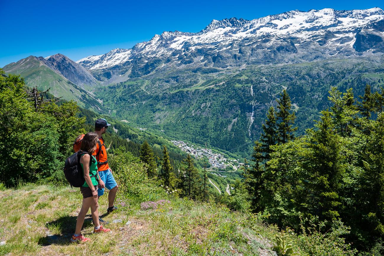 Vacances d'été : Vaujany, un  paradis en Isère Randonneurs_Vaujany-%C2%A9Images%20et%20Re%CC%82ves