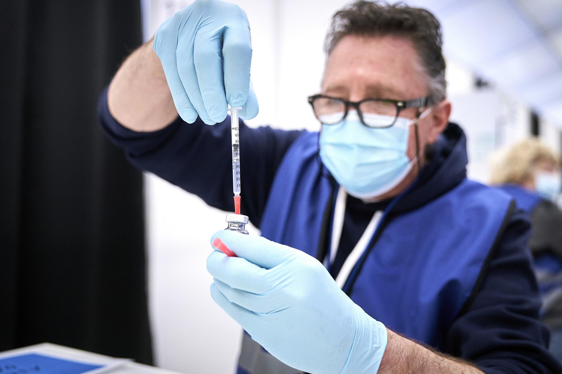 Man met vaccin AstraZeneca en injectienaald