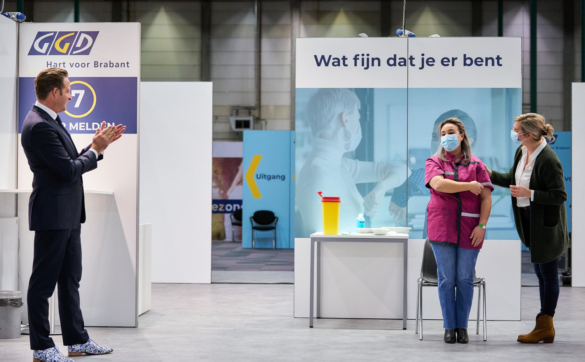 Eerste vaccinatie: minister Hugo de Jonge en verpleeghuismedewerker Sanna Elkadiri