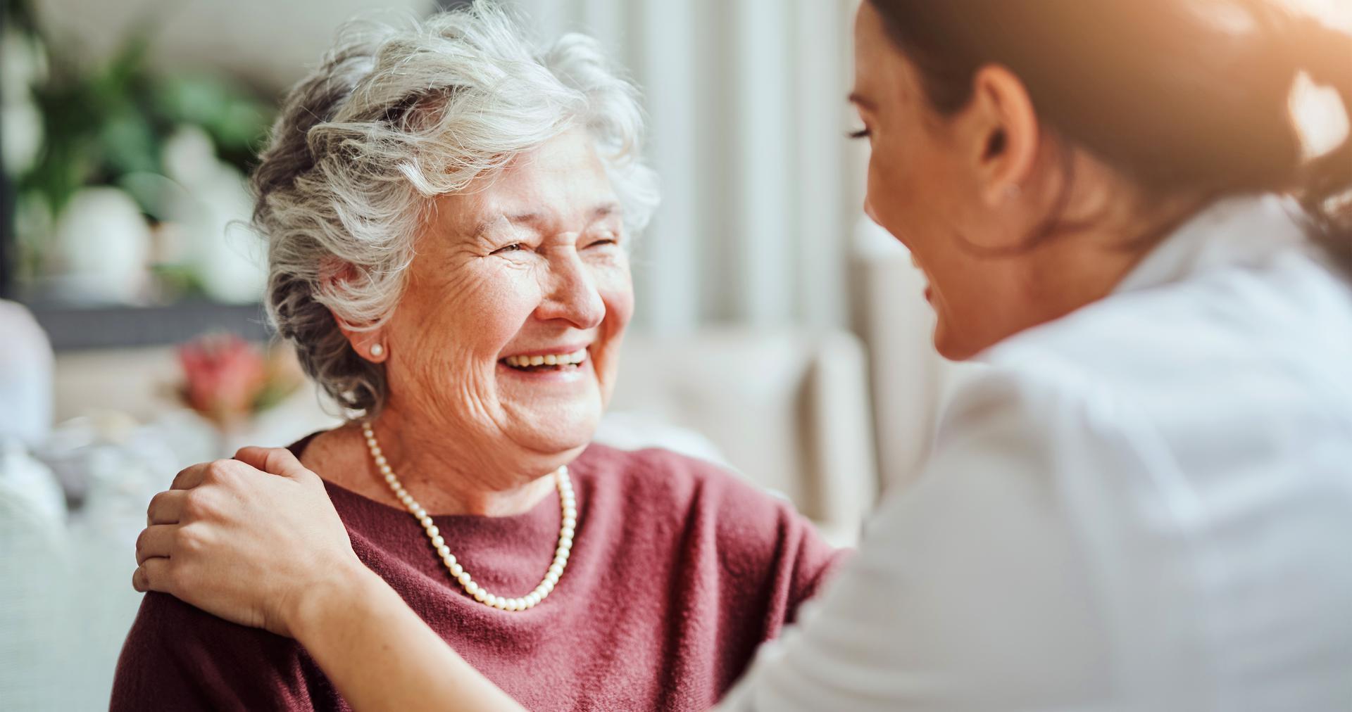 Oudere vrouw met zorgmedewerker