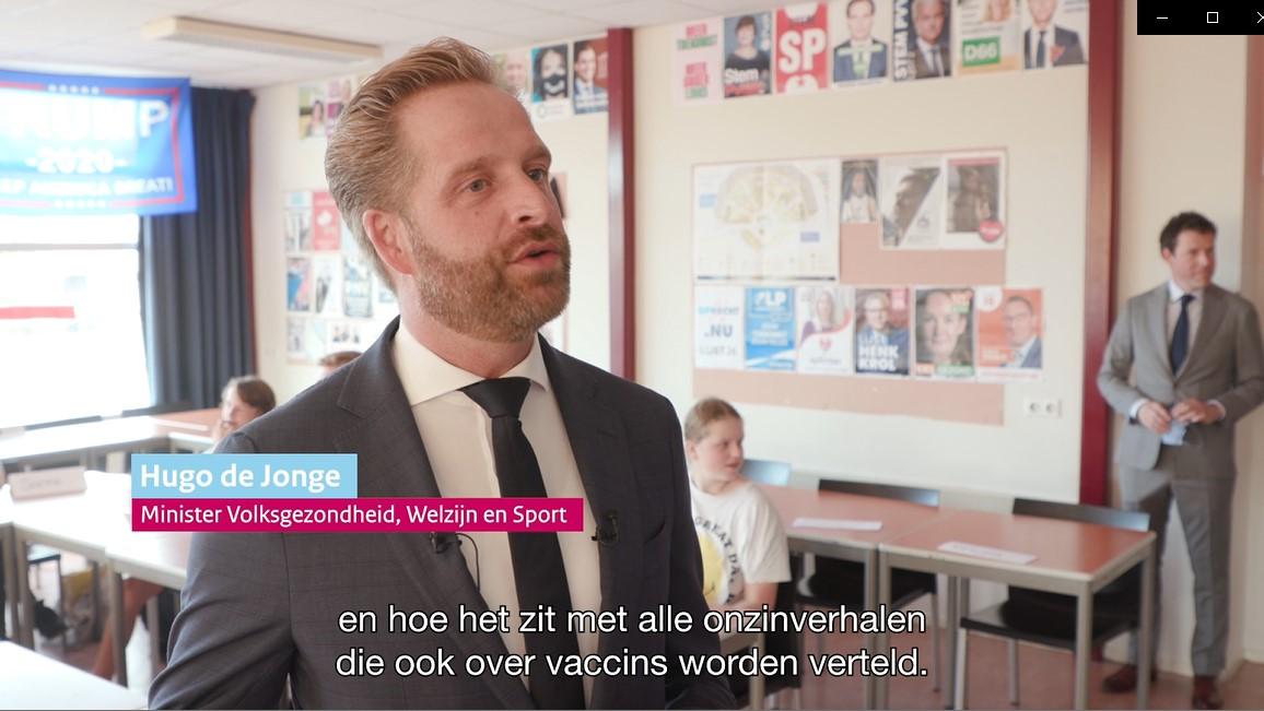 Video 'Werkbezoek minister De Jonge bij middelbare school voor lesmodule vaccineren'
