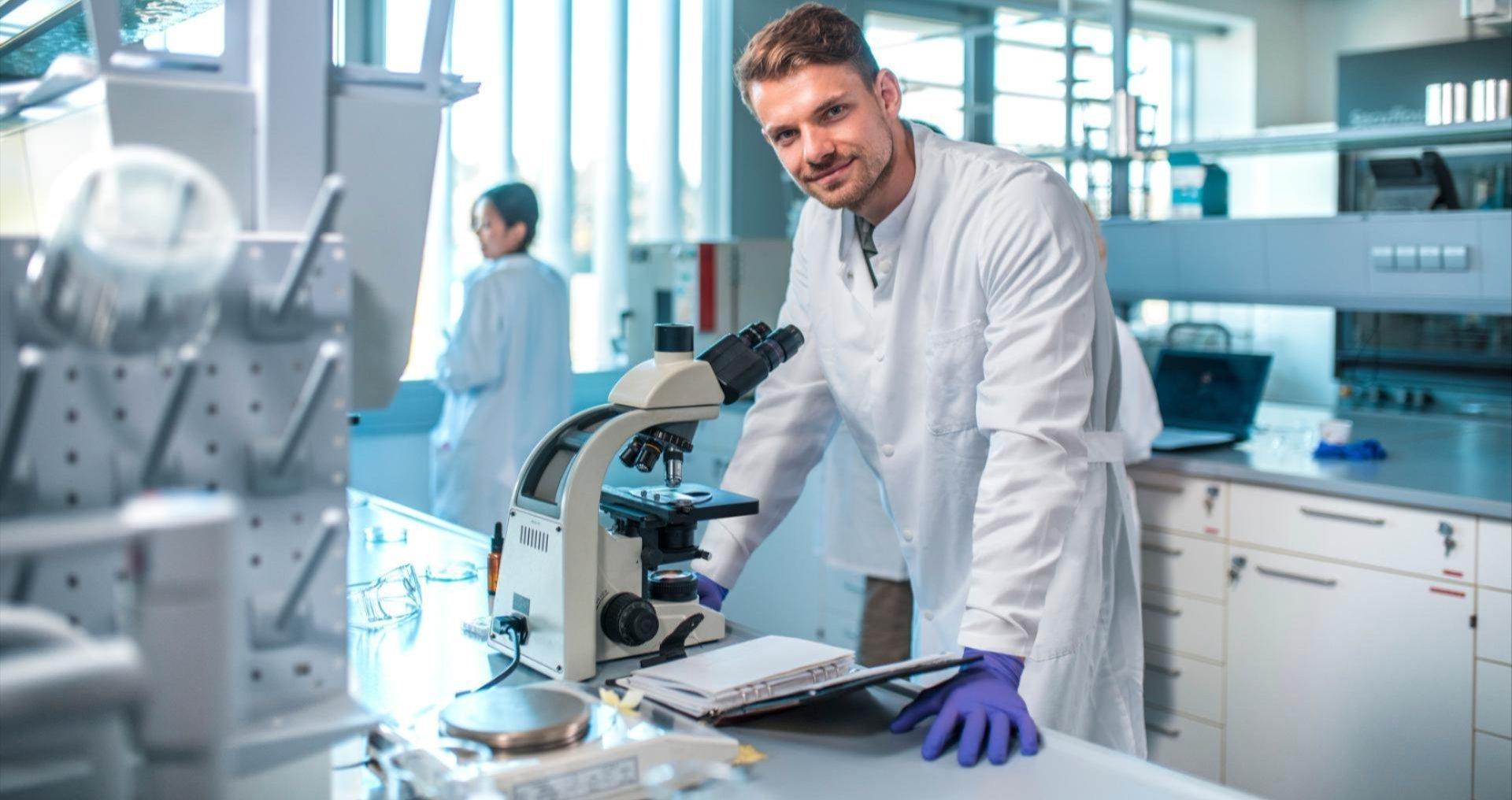 Man in laboratorium